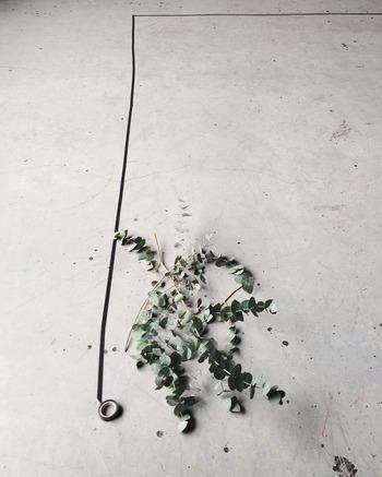 無機質な壁にはブラックのテープで。 ユーカリのようにグレイッシュな花材を選べば、こんな「男前インテリア」にもしっくり馴染みます。