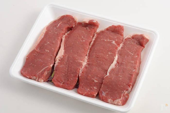冷蔵庫から出してすぐのお肉を焼くと、中まで火が通るのに時間がかかったり肉汁が出やすくなったりします。厚みのあるお肉は30分前には冷蔵庫から出すようにしましょう。