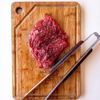 塩をふって放置すると肉汁が引き出され過ぎて旨味がなくなり、かたくなる原因に。塩こしょうする場合は調理の直前にふるようにしましょう。