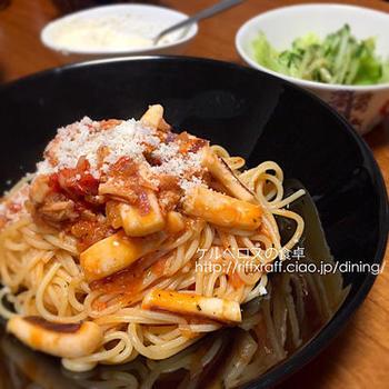 ツナとイカのシーフード素材を使ったパスタのレシピ。トマトはトマト缶を使えばOK!フライパンで素材を炒め煮にしてソースを作りましょう。そこに茹でたパスタを加えて炒め合わせます。パスタを入れる前に味付けが完成しているので、ソースと混ざったら盛り付けるだけでおいしくいただけますよ♪