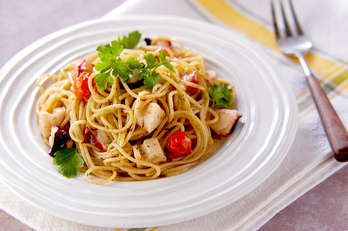 プリプリのタコの食感とレンコンのシャキシャキ食感を楽しめるレシピです。バターにゆかり、という味わいの組み合わせもユニーク。ミニトマトの色合いがアクセントになっています。イタリアンパセリを散らしていただきましょう。