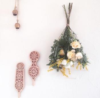 また、生花を花束で買ってきて、お家で逆さにディスプレイ。そのまま「スワッグ(壁飾り)」の状態でドライにしたいという場合には、プロの手でドライ向きの花材を束ねたブーケにしてもらうのもオススメ。  こちらの写真の花束は、実際にそのように相談して作ってもらったものです。(花材:バラ、スプレーバラ、ミモザ)  輪ゴムで留められた上から麻ひもをギュッと結んで、壁に掛けました。