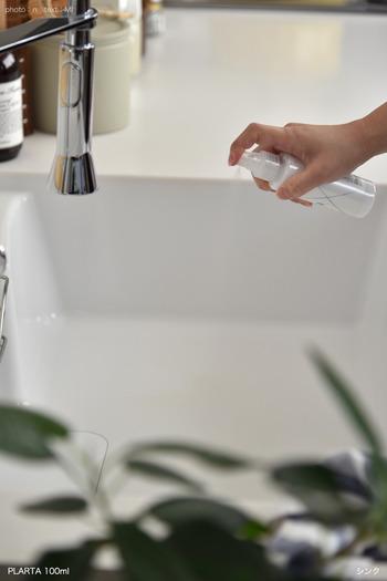 使い方は簡単で、きれいにしたシンクの水分を拭き取ったら、コーティング剤を吹き付け、クロスでまんべんなく伸ばしていきます。