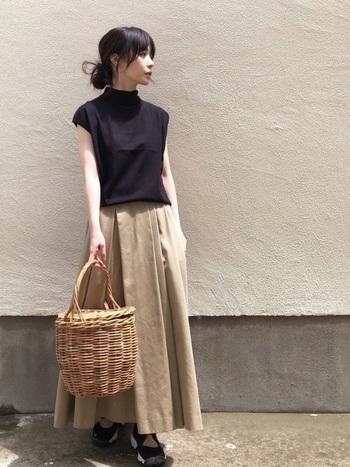 きちんとした雰囲気の黒のハイネックカットソー。フレンチスリーブを選べば、より大人っぽく着こなせます。ベージュのフレアスカートと合わせたら、シンプルだけどこなれたお出掛けコーデの完成です。