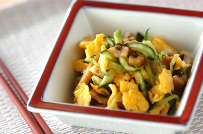 アナゴ・炒り卵・きゅうりで作る彩り豊かな酢の物レシピ。  あらかじめ甘酢を作り置きしておくと、しょうゆを加えて三杯酢にしたり、お寿司や炒め物の調味料にしたりと活用できます。アナゴをうなぎに代えてみるのもおすすめ!見た目も味わいも上品なので、来客用のおもてなし料理としても◎