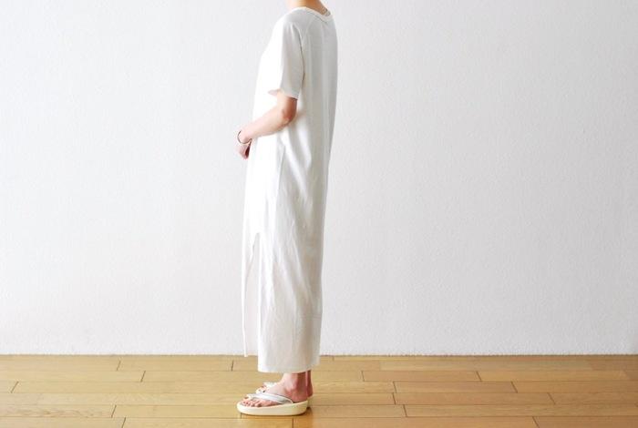 とにかく夏によく似合う白Tシャツ。それがワンピースになると、もっと清々しく、潔ささえ感じるものです。姿勢を正して着られる、とっておきの白Tシャツワンピ、あなたも1着手に入れませんか?