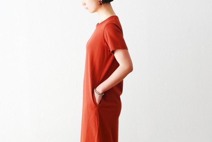 シンプルで飾り気がないTシャツワンピは、日常着としてとても重宝するアイテム。すでにお持ちの方も多いと思いますが、あまり違いを意識せずに選んでいたりしませんか?Tシャツワンピはそのシンプルさゆえ、丈の長さやカラー、シルエットなど細かなところを気遣うかどうかで差が出てきます。あなたは自分に合うものをきちんと選べていますか?