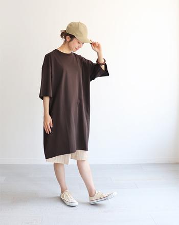 ビッグシルエットのTシャツワンピにハーフパンツが新鮮。ボーイッシュなスタイルですが、ブラウン&ベージュでトーンを揃えたことで柔らかい雰囲気にまとまっていますね。