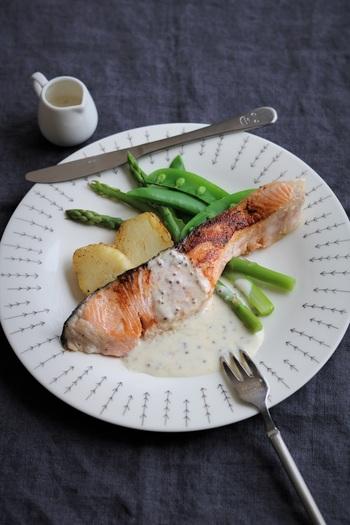 下味とソースにヨーグルトを使ったさっぱりとしたお魚のメインディッシュ。塩ヨーグルトに漬けておいたサーモンはそのまま焼くことでコクが増します◎定番のソテーもヨーグルトソースを合わせると、さっぱりと夏らしいひと皿になりますね。