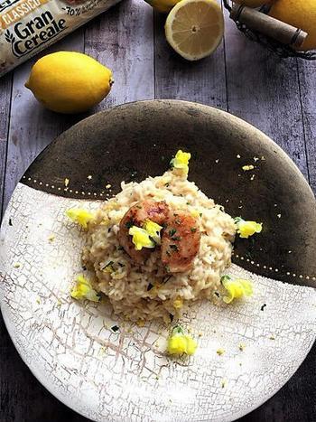 レモンリゾットは、レモン汁や皮をふんだんに使った爽やか風味を存分に味わえるひと皿。ホタテのソテーをトッピングすれば、ワンランクアップ!仕上げにレモンの皮やエディブルフラワーを飾ると華やかに♪