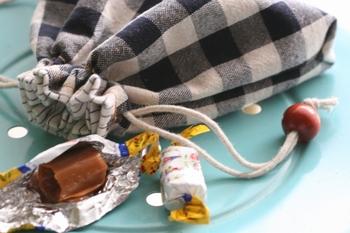 小さいポーチなら、手縫いで作ることもできます。 特に、ファスナー付けのない巾着やあずま袋がおすすめです。