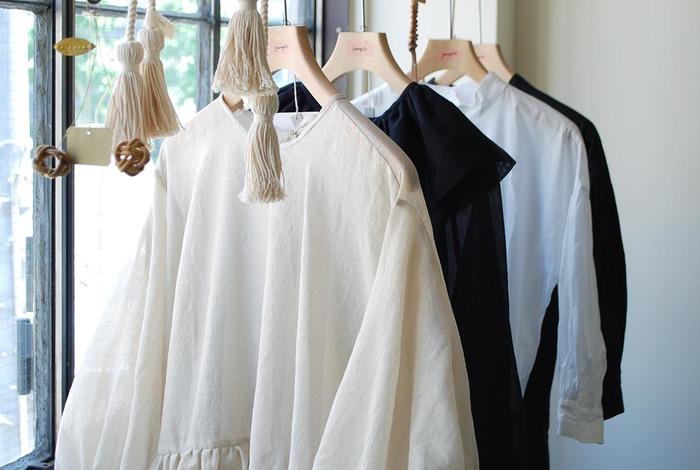 アパレルショップでお洋服が素敵に見えるのは、ゆったりと陳列されているから。ひとつひとつがよく見えていると、あれもこれも着たい!って思いますよね。開けるたび心ときめくクローゼットは、そんなゆったりとした空間が理想です。あなたのクローゼットを蘇らせる、《ためこまないクローゼット収納》の方法をご紹介します。