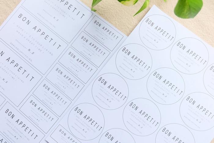 用意するのは、同じく100円ショップで購入できるラベル用紙。これにお好きなデザインのラベルを印刷するだけ。ちなみにこちらは、エクセルでデザインしたのだそう。もっと簡単に作りたい場合は、フリー素材のラベルを利用するのもおすすめです。