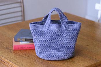 しっかりとしたリネン糸で編む丸底バッグ。大変かなと思いきや、シンプルな編み地の組み合わせなので、難しすぎることもありませんよ。