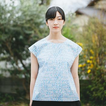 飽きのこないシンプルなデザインが魅力の「まえうしろチュニック」。テキスタイルの美しさが引き立ちます。素敵なデザインの布が揃っていますので、選ぶのも楽しいですよ!