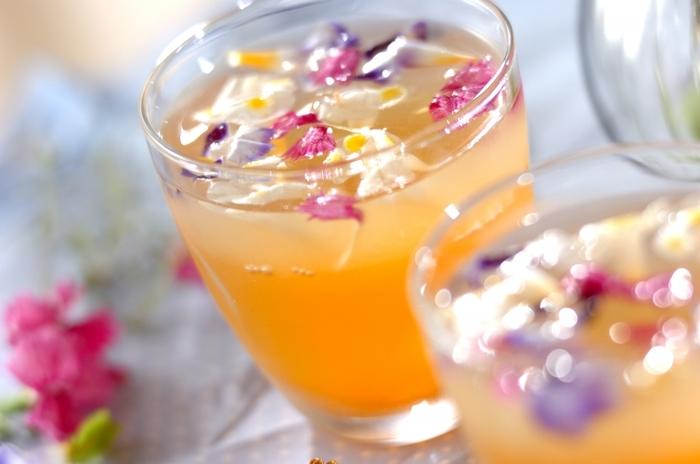 レモンとローズヒップで作った2層のゼリーにエディブルフラワーを散りばめて華やかに。つるんとさっぱりとしたのど越しは、おもてなしの〆のデザートにぴったりです。