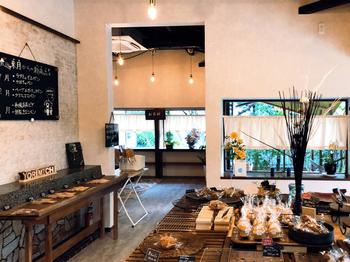 古民家を改装したレトロモダンな店内は、開放的で心地よい雰囲気。大きなテーブルにお惣菜系からおやつ系までひしめくようにパンが並び、ワクワクした気持ちになります。