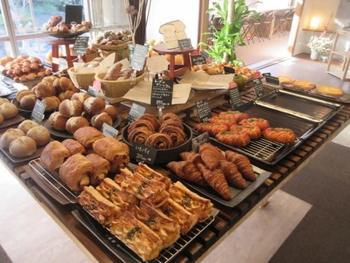 休日は朝から300人以上の人が訪れるという人気店。交通の便が良いとは言えない郊外に佇むパン屋さんですが、休日の昼過ぎにはこれだけのパンがほとんど売り切れてしまいます。  インスタグラムで随時発信されているように、クオリティの高いパンの魅力はもちろんですが、スタッフの皆さんの温かい雰囲気やおもてなしの心がとても心地良い、素敵なお店です。