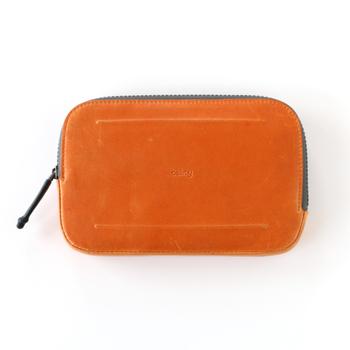 bellroyのオール コンディションズ エッセンシャルズ ポケットは、耐水性ジッパーと耐水性のレザーを使用。完全防水ではありませんが、ちょっとした水滴なら◎。機能性もおしゃれさもこだわりたい方に♪