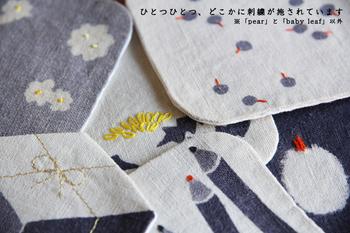 コースターの生地は麻。麻生地を手で染め上げ、ポイントで控えめな手刺繍が施されています。