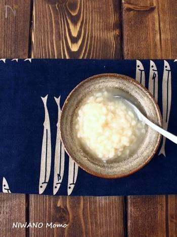 用意した米麹を丁寧にほぐし、塩と共に保存瓶に入れたらぬるま湯を入れ混ぜ合わせます。その後ラップをかけ、常温に置き、一日一回、空気を含ませるように丁寧に混ぜ合わせたら完成!全体がほんのり黄色味がかった色になり、とろみがついたら完成の目安です。 やることの工程も少なく、意外と手軽に作れる塩麴。是非、手作りして、いろいろなお料理に活用してみてはいかがでしょう。