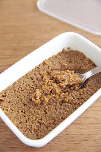 自家製の「醤油麹」の作り方もとっても簡単!米麹としょうゆを混ぜ、蓋をして常温に置きます。一日一回混ぜ、約1週間〜10日、米麹が柔らかくなったら完成です。そのまま醤油の代わりに使うのは勿論、「塩麴」のように食材を漬け込んでもOK!冷蔵庫にあるだけで、頼れる存在になりそうです。