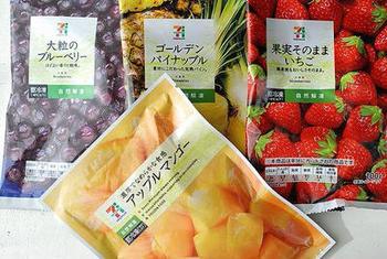 生の果物はもちろん、冷凍フルーツを使えば、カットする手間も省け、冷やすための氷代わりにもなるので時短に。冷凍庫に常備しておけば、思い立った時にすぐ作れるのも嬉しいポイントです。