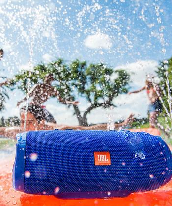 JBL(ジェービーエル)のチャージ3 防水スピーカーは、防水(IPX7)対応の、高音質Bluetoothスピーカー。海や川、キャンプやBBQはもちろん、バスタイムにも大活躍!モバイルバッテリー機能搭載でスマホの充電もできます。