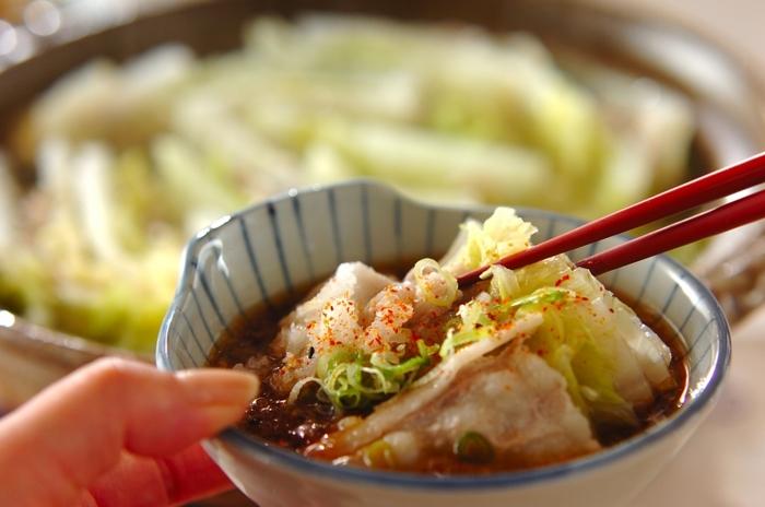 縦1/4にカットした白菜に豚バラ肉を挟んで、白菜→豚バラと交互になるように重ねていきます。 挟み終えたら4~5㎝の等間隔にカット。肉は切り落としよりもスライスされているものが使いやすくて◎。