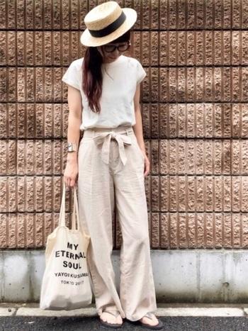 白Tシャツ×パンツのベーシックコーデも、トップスのデザインをフレンチスリーブに変えれば、こだわりを感じるひとつ上の着こなしに。がっしりとしたシルバーのブレスレットもコーデにマッチしていて素敵です。