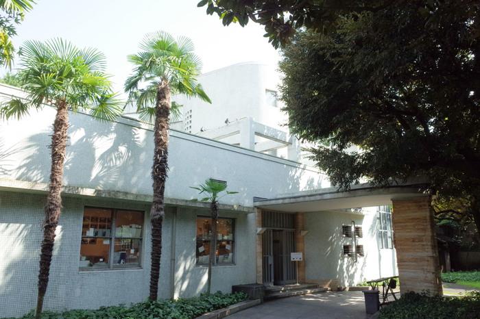 実業家、原邦造の元邸宅を利用して1979年にオープンした、日本を代表する施設美術館。現代美術のコレクションは当時としてはめずらしく、また個人宅の趣きを残したモダン建築も一見の価値アリです。