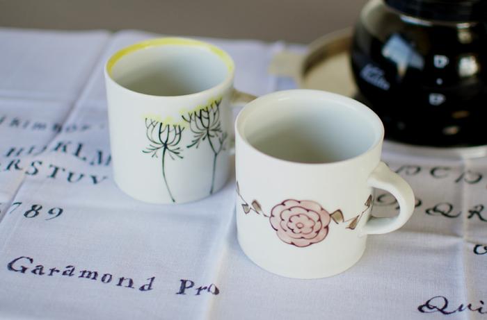 愛知県瀬戸市で活動する「内村七生」さんのお花モチーフのマグカップ。アンティークのような上質なテイストと、穏やかな色使いに癒されます。写真左はワイルドキャロット、右はタチアオイ。