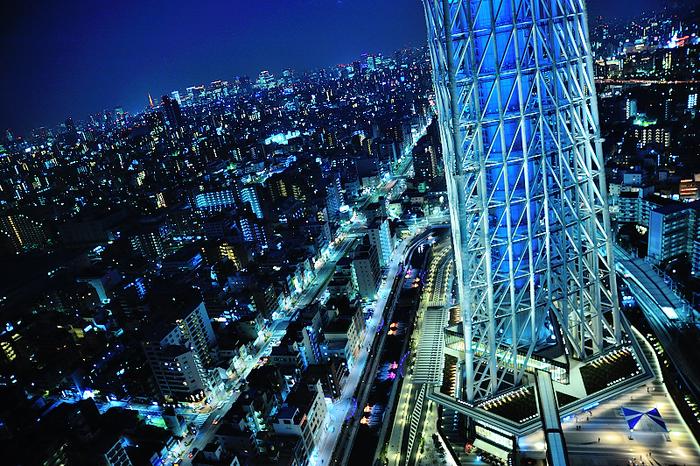 そこからの景色がこちら!地上150メートルから眺める東京の夜景は迫力満点。フロアにはベンチがあり、食事後のひと休みも兼ねてのんびり過ごすことができます。