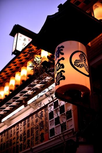 昭和初期からタイムスリップしたかのような、風情たっぷりの末廣亭。現存する最古の木造建築の寄席で、創業70年以上の歴史を持ちます。