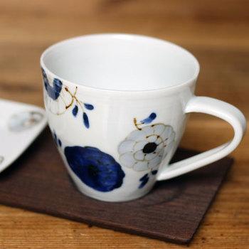 濃菊と名付けられた、和の雰囲気の花柄マグカップ。伝統とモダンさが同時に感じられます。九谷青窯の「高原真由美」さんの作品です。