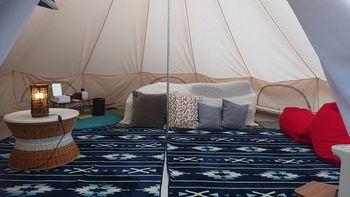 おしゃれなテントの中はこれまたおしゃれな絨毯にクッション、コンセントやランプに虫除けまで用意されています。新鮮な空気と綺麗な景色、自然を感じながら最初のアウトドア体験をするにはもってこいの場所です!これはオススメ。