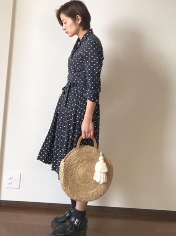 お嬢さん風に見えがちなドットワンピース。でも足元のみピリリと辛口にすると、まるで外国の雑誌から抜け出してきたモデルさんのよう。かごバッグで季節感をプラスするのもお忘れなく。