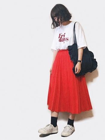 シンプルなローカットのスニーカーがあれば、カラフルなスカートを履いた時や何を合わせようか迷った時に心強い。可愛くなりすぎないコツは、大きめのTシャツを合わせてサイズ感の違いを出すこと。
