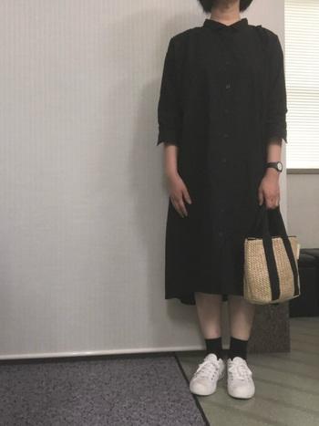 カジュアルさんがシックなワンピースを着るとき、いつもの自分らしい雰囲気を残したいと思ったら、足元だけはお馴染みのスニーカーを合わせましょう。