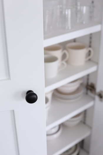 使いやすいキッチン収納は人によって違います。一度決めた収納にとらわれず、よく使うアイテムを取り出しやすい位置にどんどん変えていってみましょう。食器などは、生活の変化とともに、使用頻度が変わることもあります。「一軍」「二軍」わけを活用して、使いやすいキッチン収納にトライしてみてくださいね♪