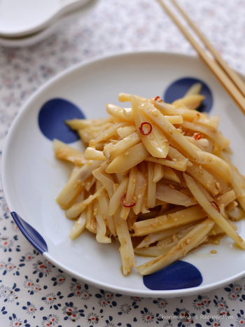 レンコンは洋風や和風の味付けだけではなく、中華風にアレンジしても美味しくいただけます◎。こちらは細切りにしたレンコンを、にんにく・ごま油・醤油などのドレッシングで和えた中華サラダです。鷹の爪をアクセントにしたピリ辛の味付けが美味。