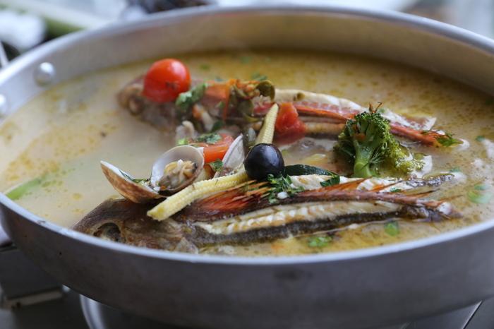"""魚をおいしくいただけるアクアパッツァ料理の基本は""""シンプルさ""""です。素材の味わいを堪能しながら、お好みの味付けも工夫してみましょう。今回は、基本のレシピからアレンジレシピまで幅広くご紹介しますので、ぜひお気に入りを見つけてみてくださいね。"""