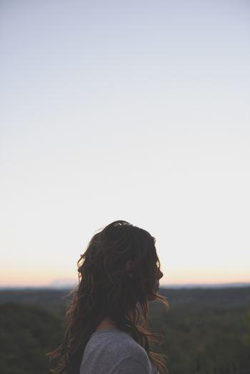 同じことをぐるぐると考え続けたり、いつまでも悔やみ続けたりしていませんか。ネガティブな思考ほど、放っておくとどんどん再生産されて、膨張していくもの。そこで大切なのが、《思考の一日一捨て》なのです。