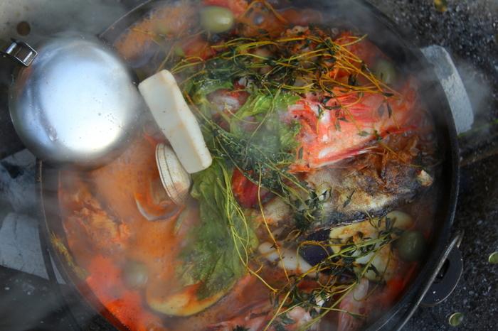 """アクアパッツァの言葉の意味はちょっと複雑。イタリア語の「アクア=水」「パッツァ=狂った、暴れる、不思議」をそのまま訳したものをはじめ、いろいろな解釈がありすぎて、由来はまだ明確になっていないのだとか。ミステリアスな面もあわせ持つアクアパッツァですが、漁業のさかんな街""""ナポリ""""に思いを馳せて食べてみれば、あなたなりの答えを感じ取れるかもしれませんね♪"""