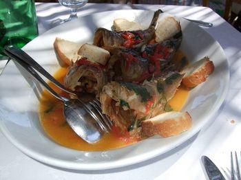 アクアパッツァは元々がシンプルな料理なので、オリジナルのアレンジも加えやすい料理です。魚の種類を変えたり野菜を加えたりするほか、お好みの種類のワインやハーブを加えるのもOK。パンやパスタと合わせたり、食卓に合わせて自由にアレンジしてみましょう♪