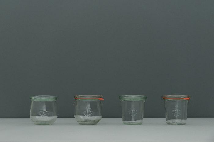 100年愛され続けるドイツ生まれの保存食器「WECK」のガラス製の保存容器は、薄緑色のガラスと可愛らしいイチゴのマークがトレードマーク。お洒落な見た目だけでなく、機能性の高さも魅力的なアイテムです。「WECK」の保存容器は、サイズや形がとにかく豊富。用途に適したものを選ぶことができるのも嬉しいポイント!
