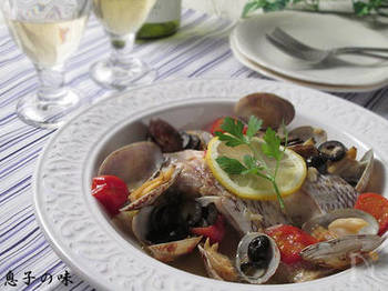 真鯛が手に入ったら、こんなレシピもおすすめ。「鯛」で作るアクアパッツァレシピです。味付けがシンプルなので、真鯛とアサリのおいしさをたっぷり楽しめますよ。真鯛は不透明になるまで焼きましょう。あさりの口が開くまで煮込んで、最後は蒸し焼きに。レモンとイタリアンパセリを飾ったおしゃれな一品です。