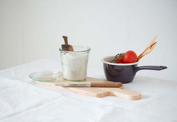 また、耐久性の強いガラス製なのでオーブン料理も可能。例えば、小さな「WECK」などは、プリン作りにも最適!プリン液を容器に入れ、オーブンで焼き、冷めたらそのまま冷蔵庫へ…。そんな使い方が、出来ちゃうのも「WECK」だから。晩ごはんのおかずの残りやソースの残りもWECKに入れて保存して、そのまま食卓へ…そうすれば、ラップを使わなくて済むのでエコにも繋がります!