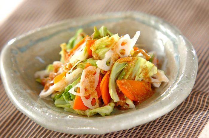 こちらはレンコン・人参・キャベツをレンジで加熱して、ピリ辛のゴマダレをかけた美味しい温野菜サラダです。豆板醤の辛さと、白ごまのコクがアクセントに。お野菜がたっぷり摂れて、栄養満点の一品です。