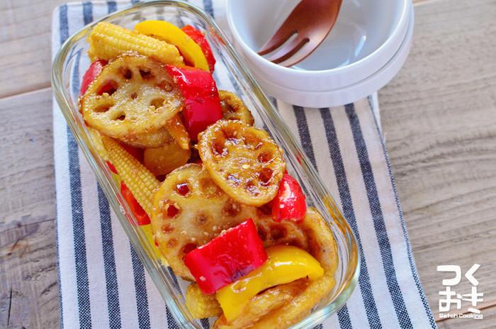"""レンコンにパプリカなど彩の綺麗な野菜を組み合わせると、見た目もおしゃれなデリ風サラダに。お野菜たっぷりでボリューム満点の甘酢サラダは、晩ご飯の""""もう一品""""におすすめです。冷蔵庫で5日間保存できるので、作り置きしてストックしておくと便利ですよ。"""